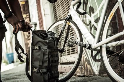 Chrome Industries Barrage Cargo Rucksack mit Fahrrad