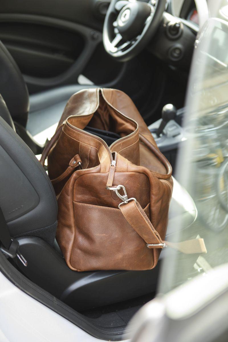 Reisetasche aus Leder im Auto